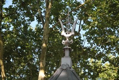 Photo du magnifique travail effectué sur le haut du toit.La lyre reste un symbole de la musique et habille magnifiquement ce kiosque.