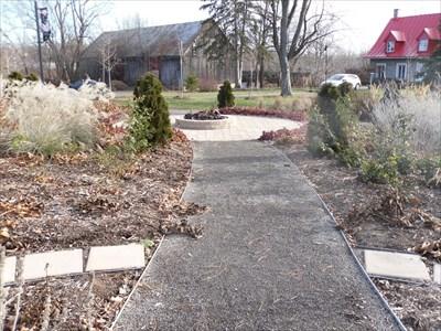 Chemin circulaire et central pour admiré les différentes fleurs.   Circular central path for admiring the different flowers.