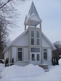 Chapelle blanche sous la neige.