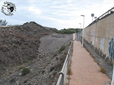 A gauche, en contrebas, invisible sur la photo, se trouve une petite plage encaissée entre San Agustin et Playa del Aguila.