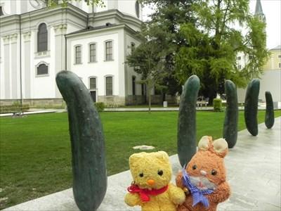 Max & Tibärius vor den Gurken/Cucumbers - Salzburg, Austria