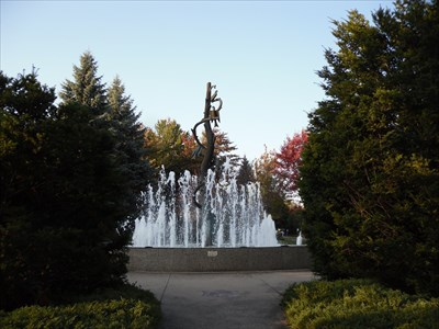 Vue de la Fontaine et des arbustes tout proches.  View of the Fountain and shrubs nearby