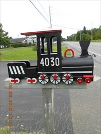 Installé près de la route pour le service postal.  Located near the road for the postal service.