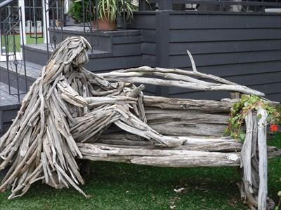 Œuvre style mosaïculture fait essentiellement  de branches travaillés assemblés pour représenté un objet ,un animal, une personne etc.
