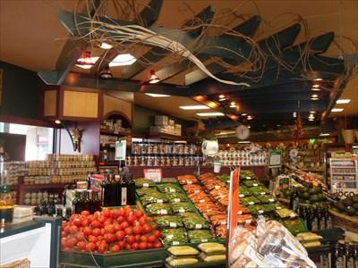 Allé centrale et comptoir  de légumes et produits variés.  Central went and vegetable stand and Products