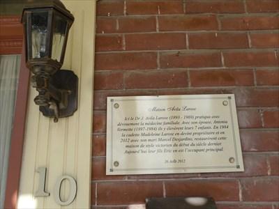 Street number, lantern light and Plaque on the house Avila Larose.  Numéro civique, lanterne lumière et Plaque sur La Maison Avila Larose.
