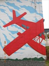Photo rapprocher de l'avion rouge du mur de côté.  Photo closer to the red plane of the side wall.