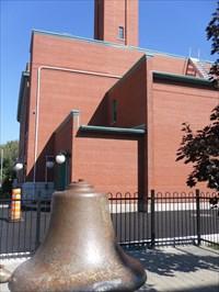 Photo montrant la cloche et la bâtisse de l'ancienne caserne de pompier.  Photo showing the bell and the building of the old fire station.