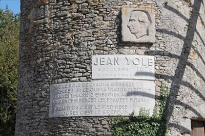 Un bas relief qui rend hommage à un homme, médecin,homme politique et écrivain vendéen. Une de ces citations est d