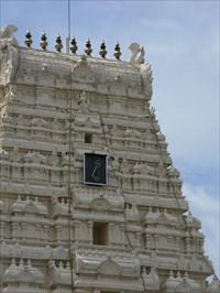 Gros plan du haut extérieur du temple.