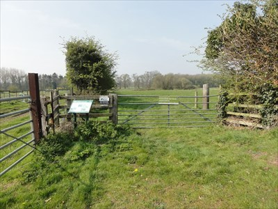 The gate on the left leads to a farm field. The gate straight ahead leads to the Pasturelands Nature Reserve.
