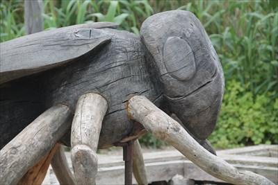 Petite photo de détail sur cette sculpture d'abeille.