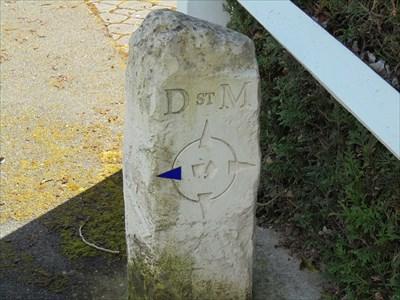Borne directionnelle située rue Madeleine Vernet à Montlouis