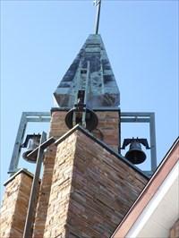 Photo de la tour et de ses quatre grosses cloches.  Photo of the tower and its four large bells.
