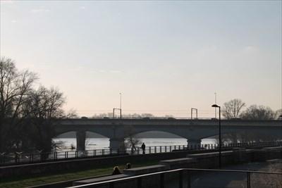 Un pont côtoyant son petit frère pour les voitures
