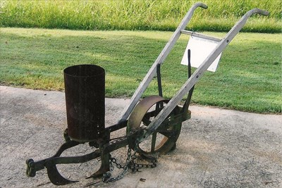 One Horse Corn Drill Heritage Homestead Doniphan Mo Old