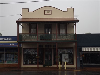 Straight-on view of the 1910 building.1408, Sunday, 16 December, 2018