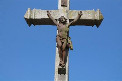 Vue de détail du Christ sur cette croix. Nous admirerons ce magnifique travail de sculpture.