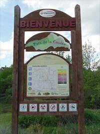"Le panneau avec la carte ""Vous êtes ici"".  The panel with the map ""You are here""."
