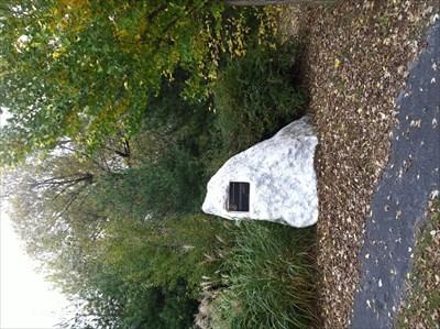 Situé dans le Parc de la Cité tout proche du stationnement Blvd. Julien Bouthillier.  Black metal plate embedded in a block of white and gray granite.  Located in Park City nearby parking Blvd Julien Bouthillier.