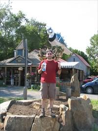 Shy74 :o) devant l'enseigne de la boutique d'art représentant un gigantesque geai bleu... : O