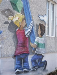 Deux enfants et un crayon a colorier géant.  Two children and a giant pencil coloring.