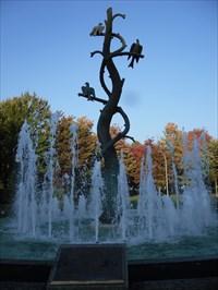 Bassin du haut avec ses jets en rond autour de la sculpture.  Upper Basin with its jets in circles around the sculpture.