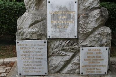 Sur la face principale nous trouvons les plaques commémoratives concernant les conflits de 14-18 et 39-45