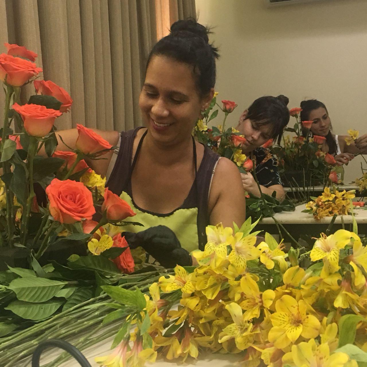 Aluna do curso técnico profissionalizante em arte floral para decoradores de eventos confeccionando arranjo