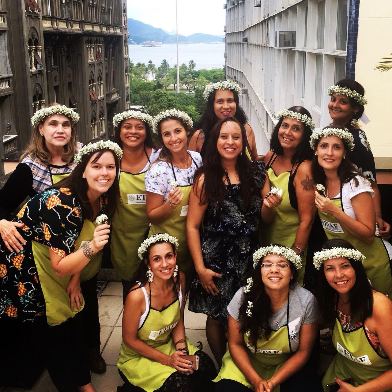 Alunas do Curso Técnico Profissionalizante em Arte Floral para Decoradores de Eventos com tiara de mosquitinhos confeccionada durante as aulas no Rio
