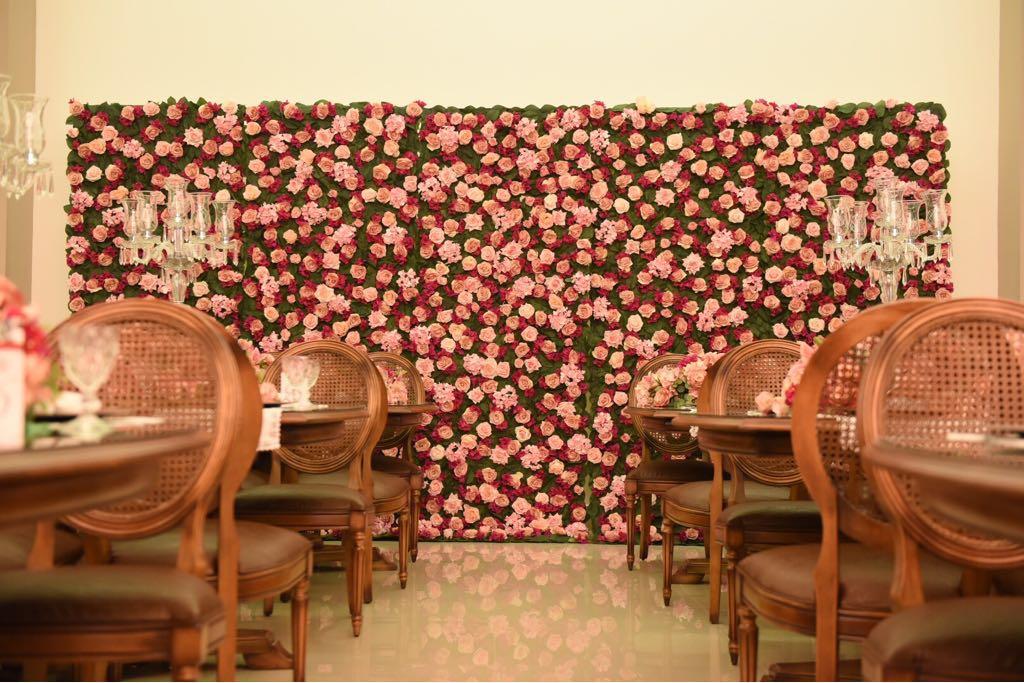 Mural de flores montado exclusivamente para o aniversário de 50 anos da Mara Maravilha na Mansão Adélia Prado