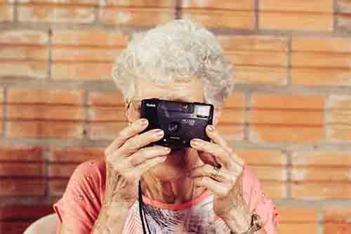 Mulher idosa com camera