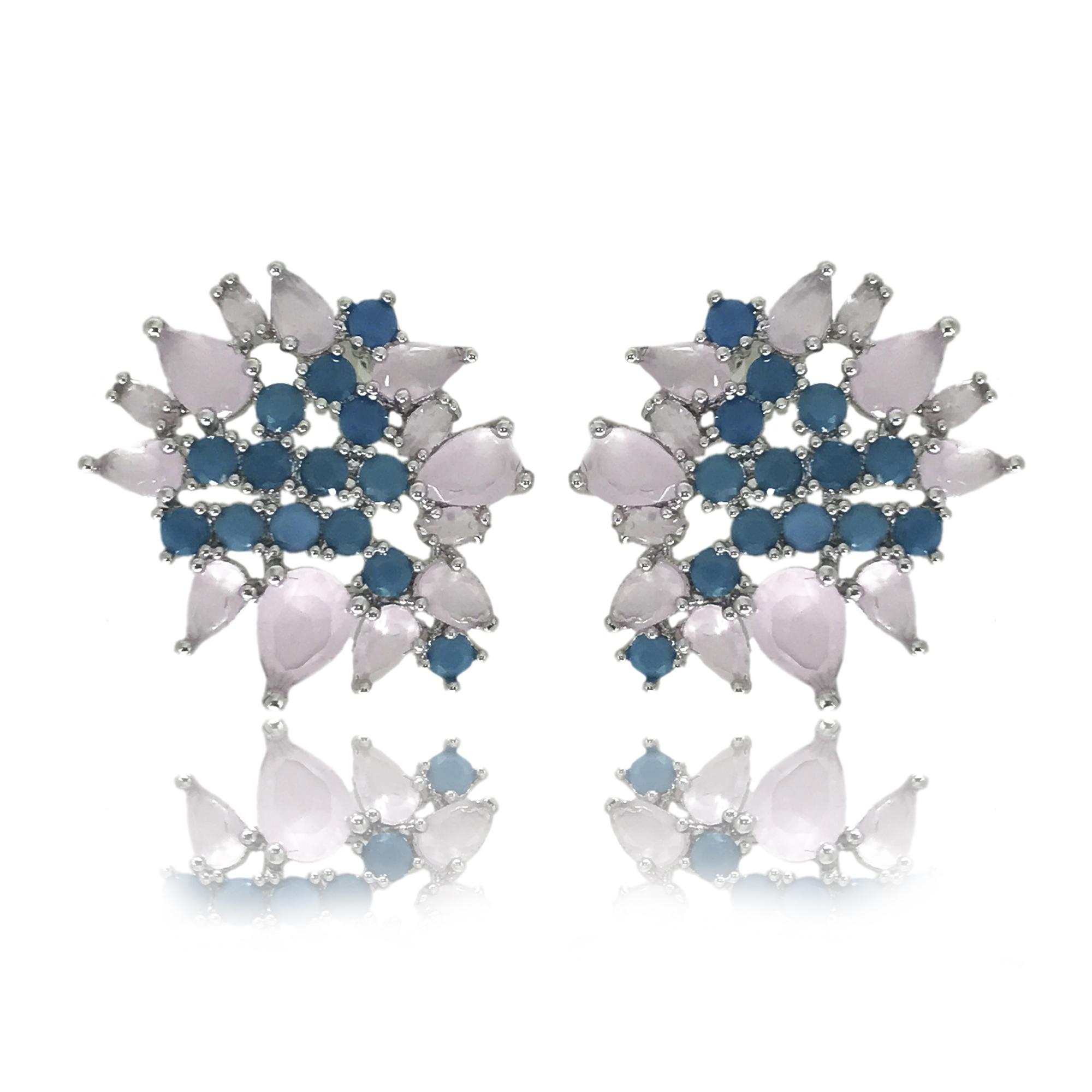 Brinco médio cravejado com zircônias rosa quartzo em formato de gota e mini zircônias turquesa folheado no ródio branco