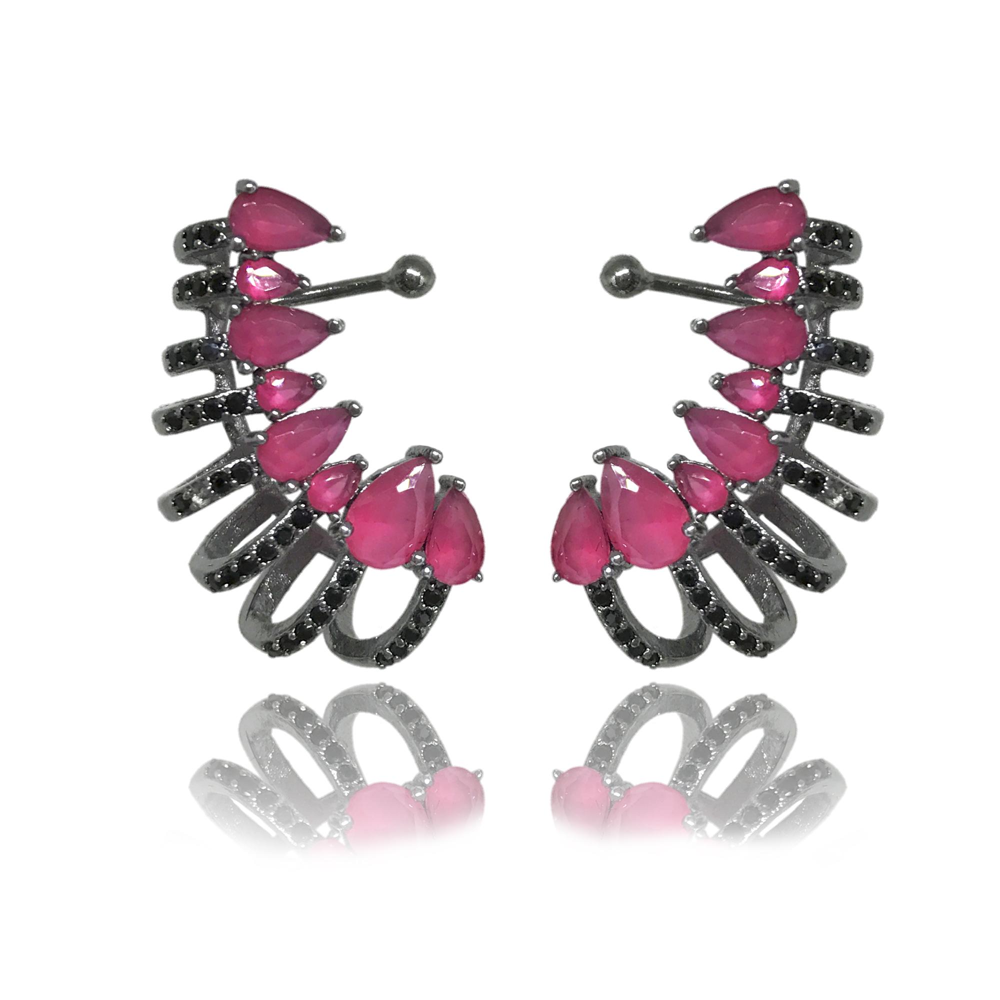 Brinco earcuff com ajuste na orelha cravejado com zircônias pink e mini zircônias negras folheado no ródio negro