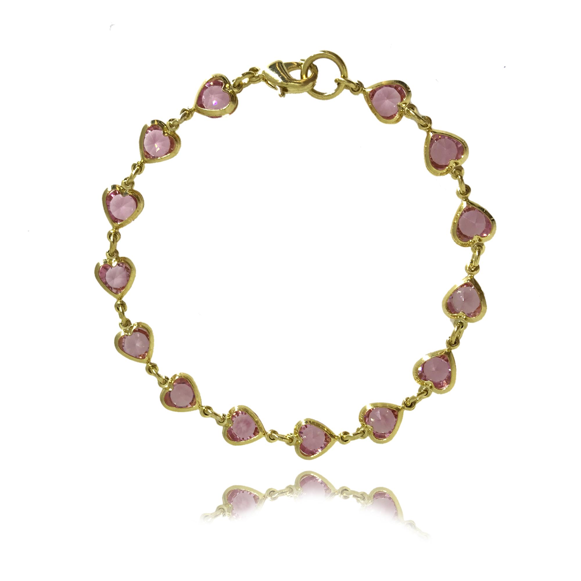 Pulseira folheada no ouro 18K cravejada com cristais em formato de coração na cor rosa