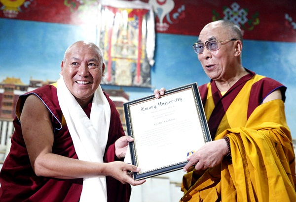 Geshe Lhakdor receiving honor by Emory University from Dalai Lama Credit:Geleck Palsang