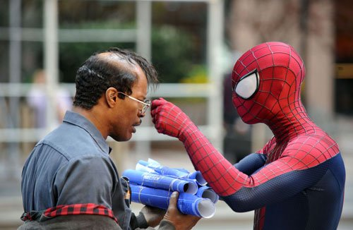 Andrew Garfield as Spider-Man and Jamie Foxx as Electro in The Amazing Spider-Man 2 - HeadStuff.org