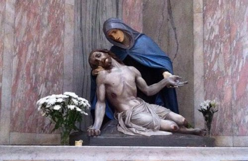 Sunday Mass, livetweets, christian catholic church, jesus christ dying mary statue, twitter, funny - HeadStuff.org