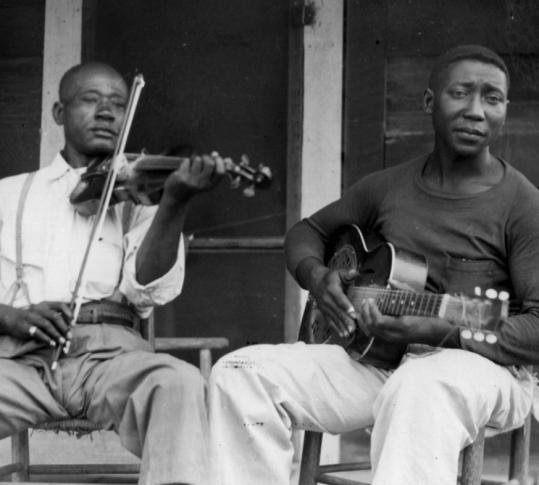 Muddy Waters young, Muddy Waters with acoustic guitar, mississippi delta blues, blues legend - HeadStuff.org