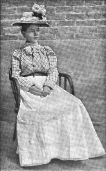 Pearl Hart, Pearl Taylor, in a dress, pearl on a chair, outlaw, last wild west famous outlaw, thief, robber, canada, chicago - HeadStuff.org