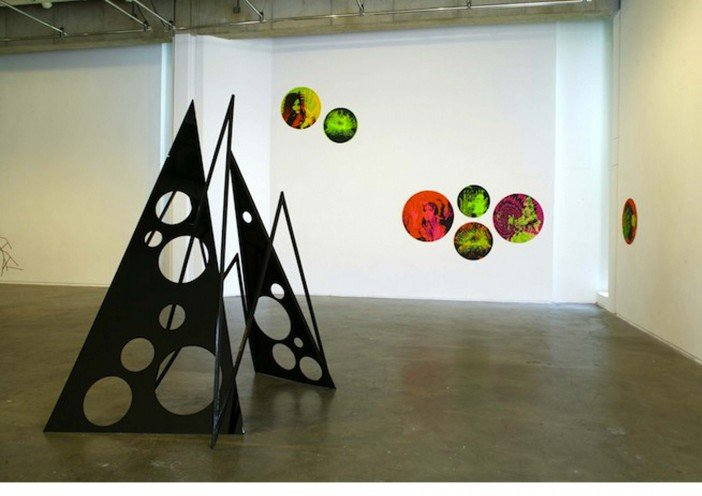 Eva Rothschild, The Douglas Hyde Gallery, Installation shot, 2005-Headstuff.org