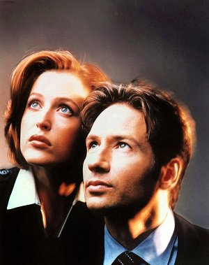 Publicity photo of David Duchovny and Gillian Anderson as Mulder and Scully - headstuff.org