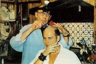 Hunter S Thompson shaving Johnny Depp's head - headstuff.org