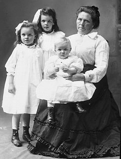 Belle Gunness and children - headstuff.org