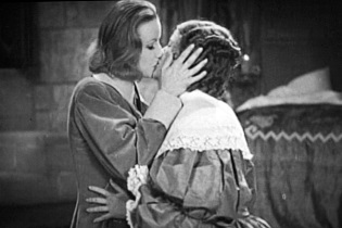 Greta Garbo kissing Elizabeth Young - headstuff.org
