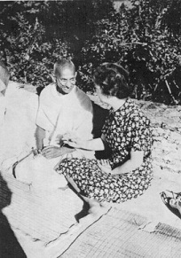 Margaret Sanger meeting Gandhi - headstuff.org