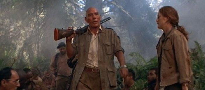 Pete Postlethwaite and Julianne Moore in The Lost World. - HeadStuff.org