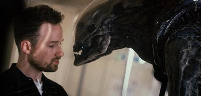David Fincher (left) and a xenomorph on Alien 3. - HeadStuff.org