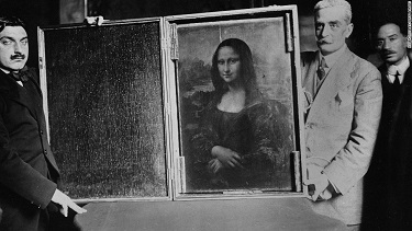The Mona Lisa being carried back to the Louvre in January 1914 - headstuff.org