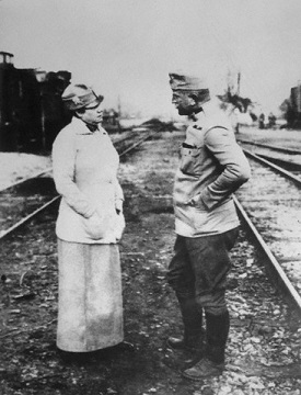 Nellie Bly Speaking with Austrian Officer - headstuff.org